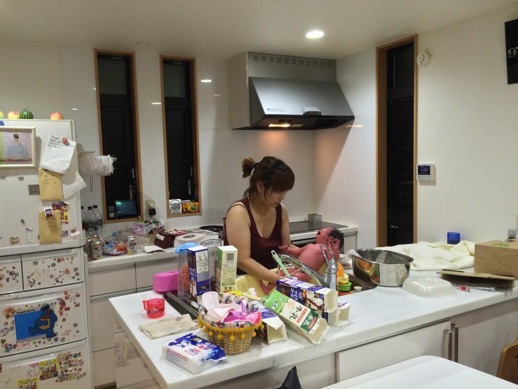 台所で沐浴