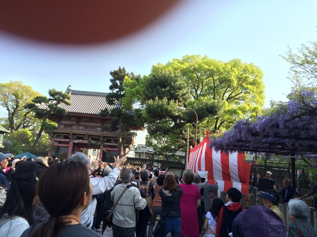 藤井寺の春季大法要餅撒きの風景